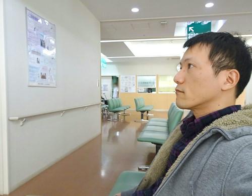 総合病院の待合室で待つ