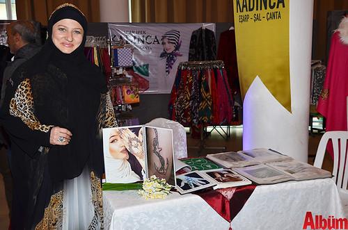 Otantik Hint Kınası markasının sahibi Aylin Köktürk Albüm için poz verdi.