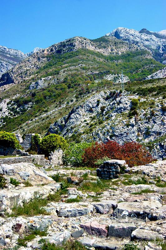 Руины Старого Бара на фоне горных склонов