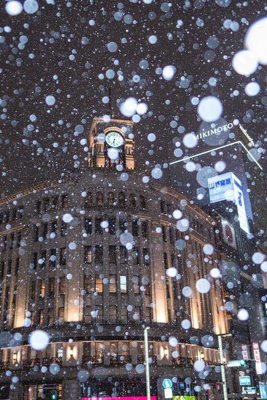 雪が舞う銀座の和光時計塔