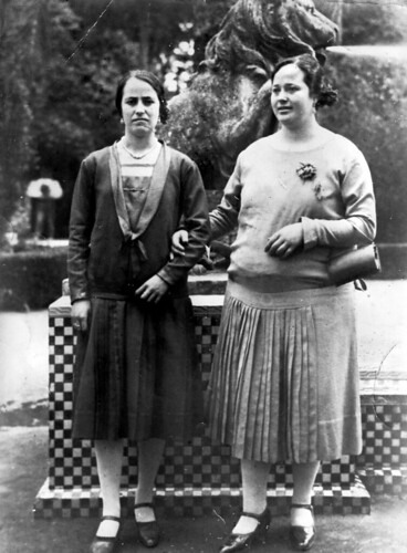 Ana Rivas Moreno (1906-1978) junto a su hermana Patrocinio (1909-1953)