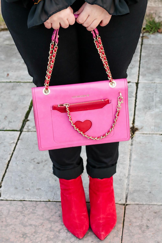 Outfit plus seize curvy con blusa ricamata, jeans neri e cappotto handmade (2)