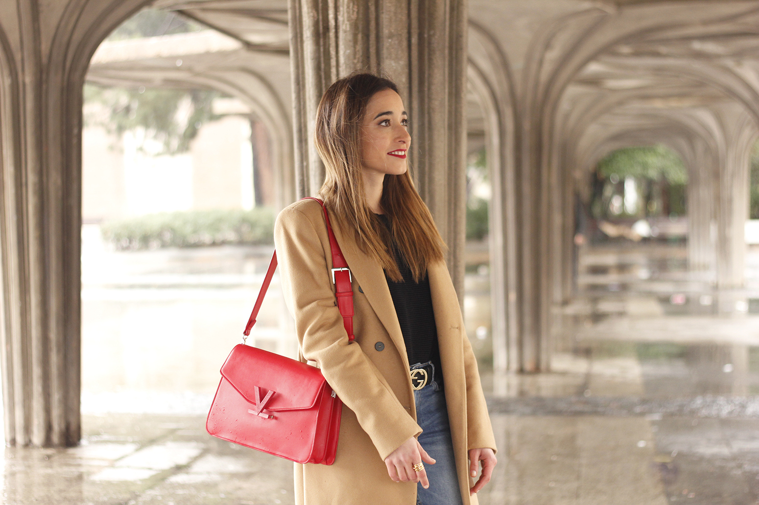 camel coat red valentinobags black outfit winter style fashion12