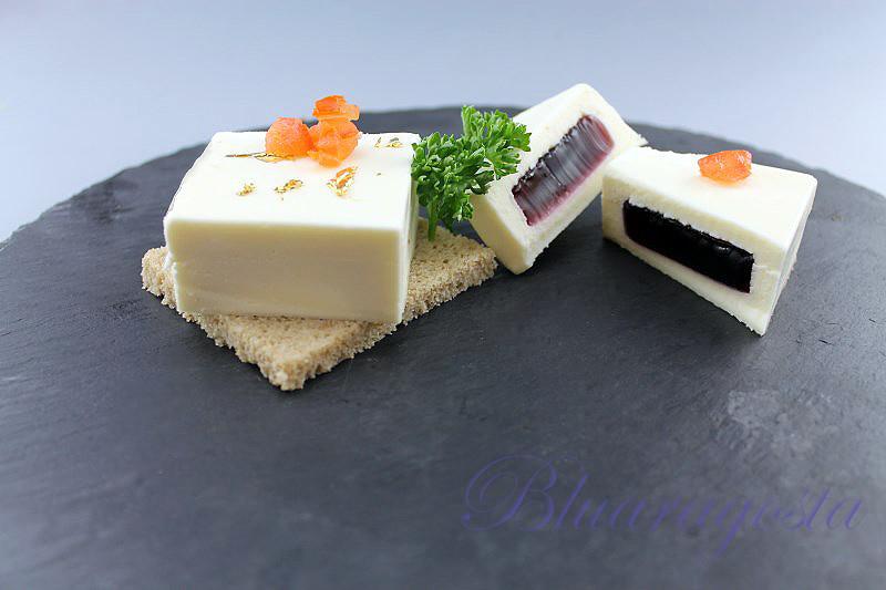 1-mousse di camembert con gelatina di mirtilli neri