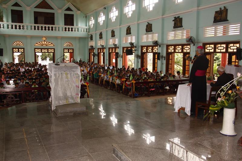 Đức Giám mục kinh lý Giáo xứ Phú Hữu