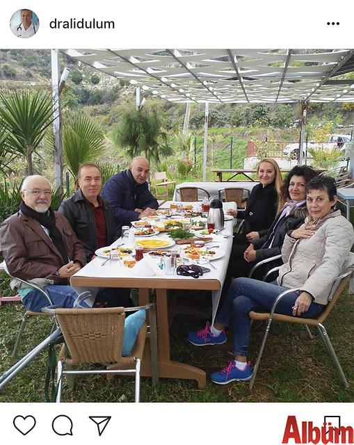 Op. Dr. Ali Dulum, ailesi ve arkadaşlarıyla birlikte Kadın Doğum Uzmanı Dr. Sinan Alpay'ın sahibi olduğu Doktorun Bahçesi'nde keyifli bir pazar kahvaltısında bir araya geldi.