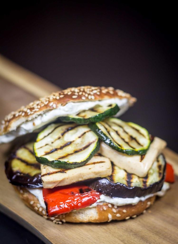 Vegetarburger med grillost og grillede grøntsager (12)
