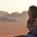 5. Julia contemplando el atardecer desde una de las montañas de Wadi Rum