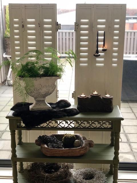 Groen tafeltje, witte luiken, landelijke stijl