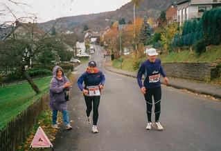 Anfeuerung von Heide am Anstieg in Woffelsbach, Rursee-Marathon