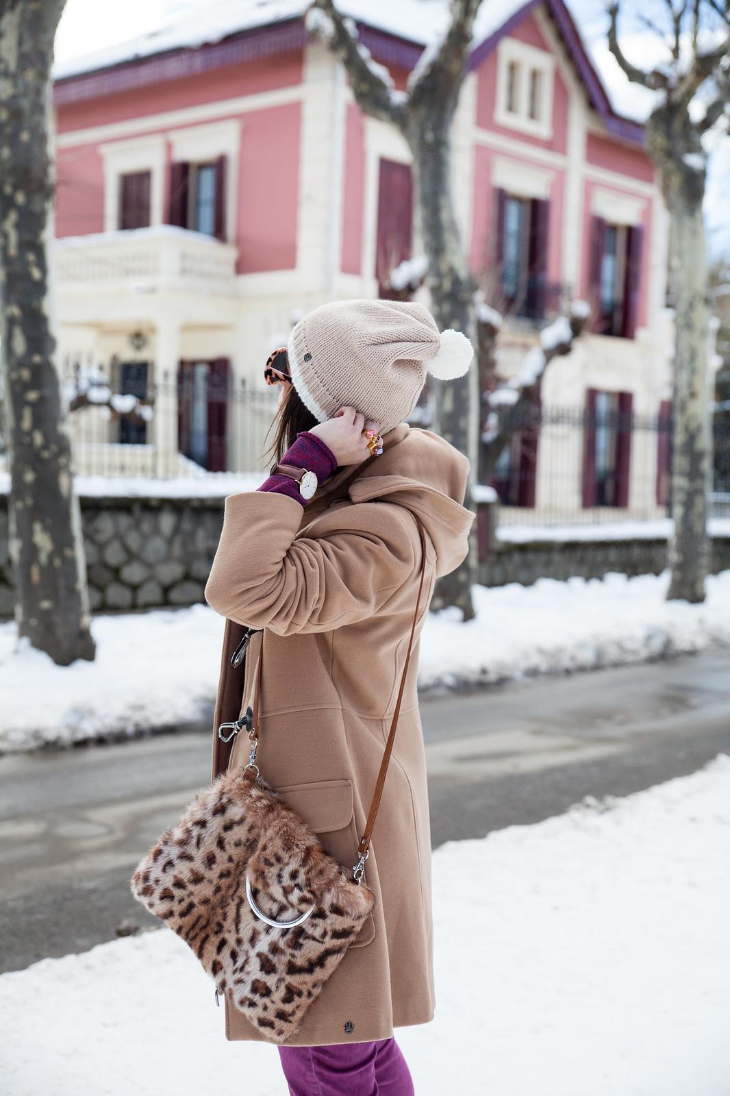 como ir vestida a la nieve arreglada con un look magenta abrigo en color nude estilo parka mou boots theguestgirl the guest girl fashion influencer barcelona parfois streetstyle fashion week cluse watches