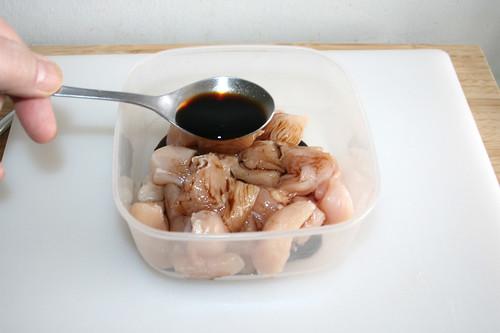 19 - Helle Sojasauce zu Hähnchenbrustwürfeln geben / Add  bright soy sauce