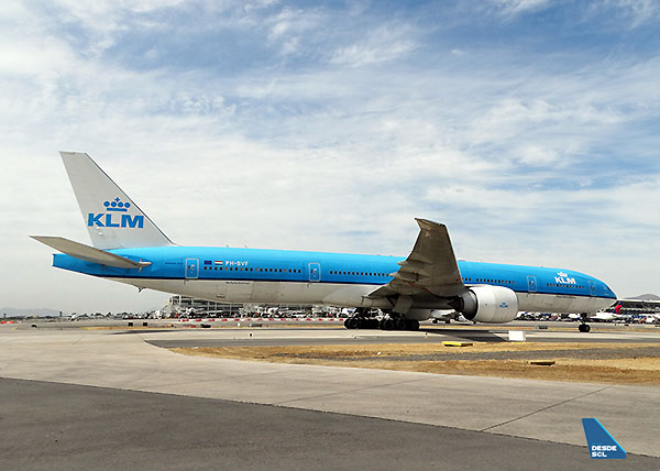 KLM B777-300ER PH-BVF taxiing in SCL (RD)