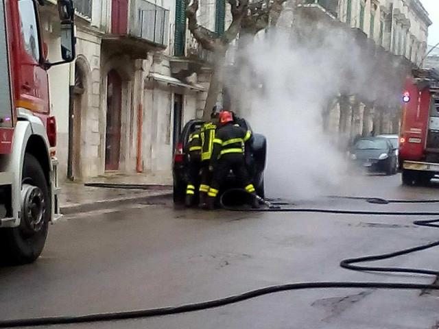 auto in fiamme via di vittorio