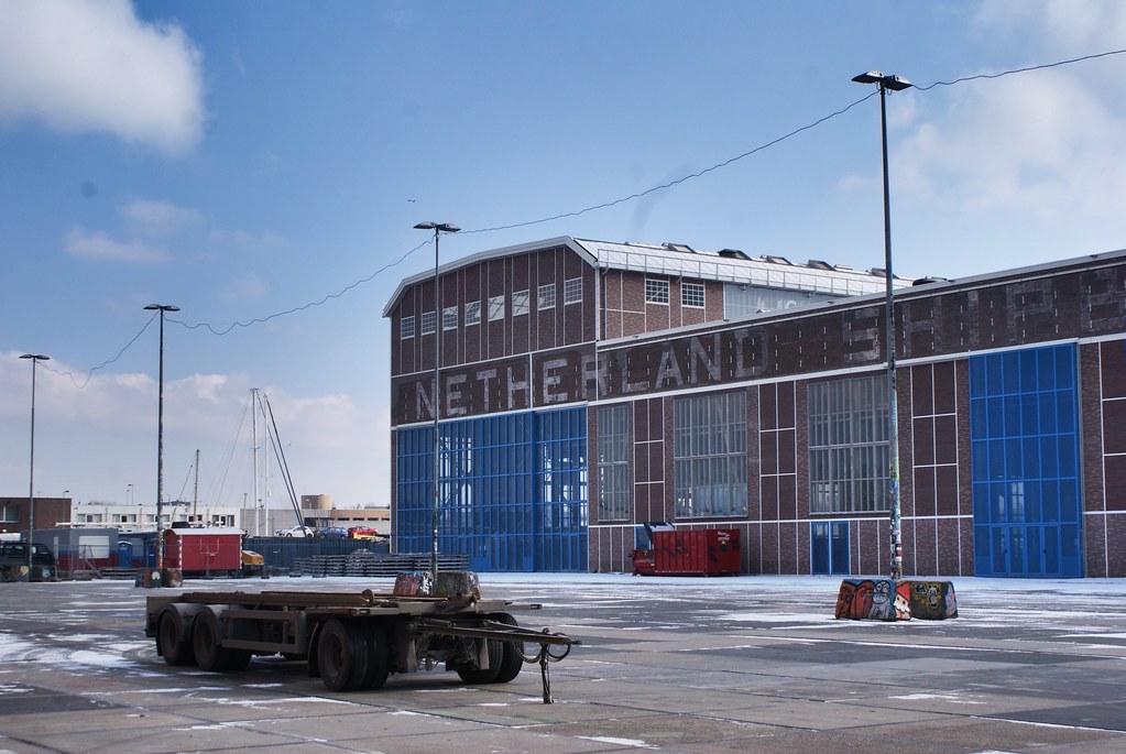 """Hangar du chantier naval NDSM d'Amsterdam devenu """"Art Factory""""."""