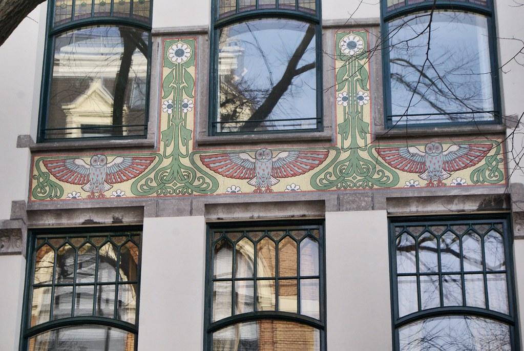 En sortant du Béguinage côté Spui, vous trouverez une superbe construction art nouveau avec de très jolies chouettes.