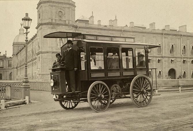 В 1901 г. в Петербурге появился первый отечественный прообраз автобуса