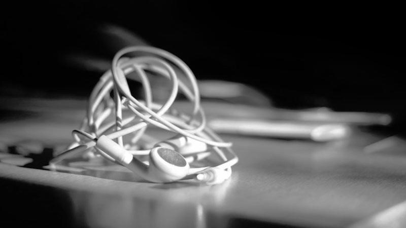 Kabel earphone yang terpelintir