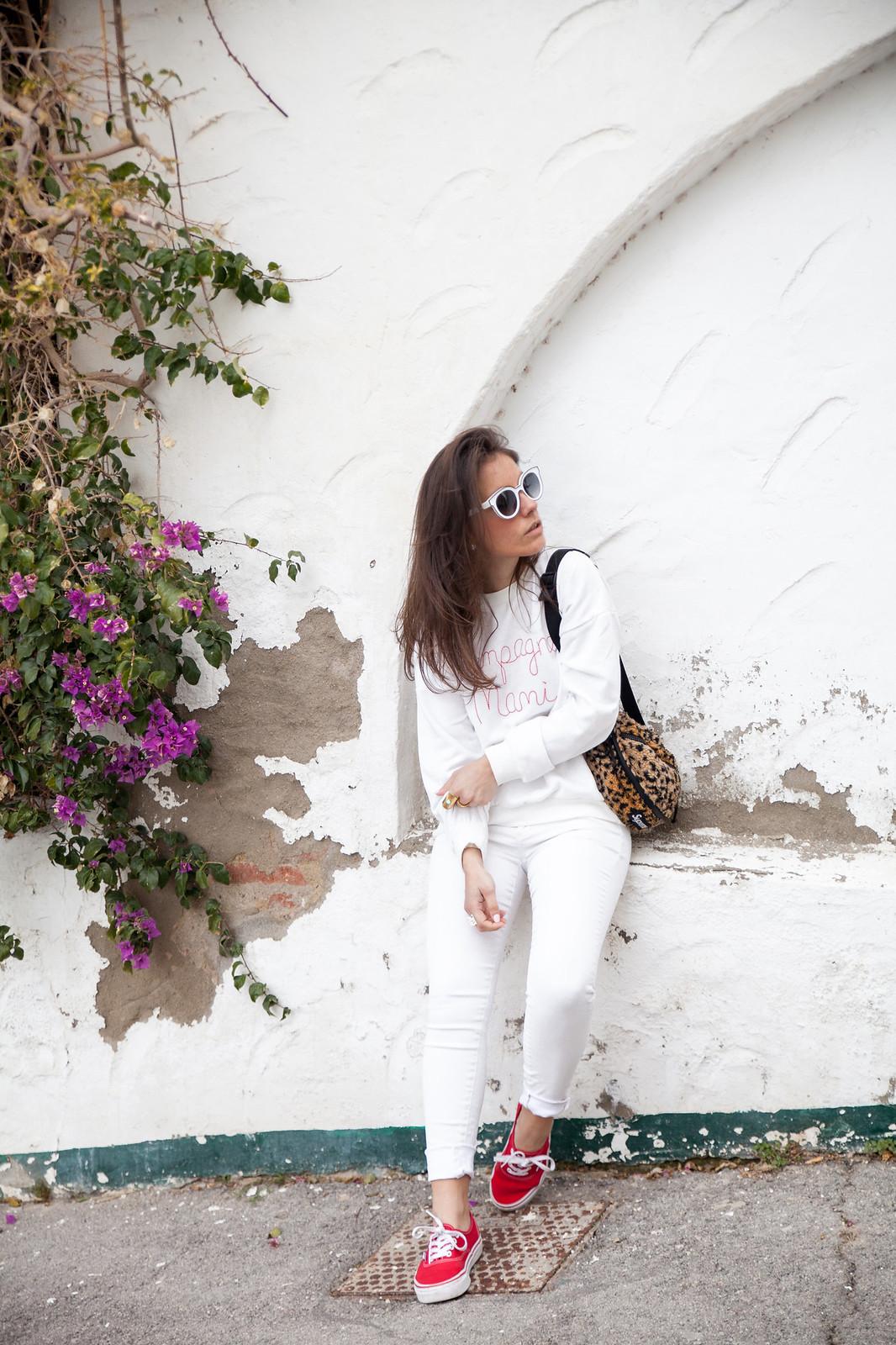 theguestgirl laura santolaria influencer barcelona spain influencer Supreme New York outfit riñonera de leopardo de Supreme nueva colección Champagne Mami Vans rojas