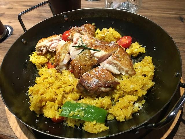 台南黑浮萬昌店的西班牙香料雞腿烤飯