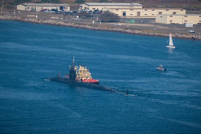 Boat meeting the submarine, Panasonic DMC-GX8, Lumix G Vario 14-140mm F3.5-5.6 Asph. Power OIS