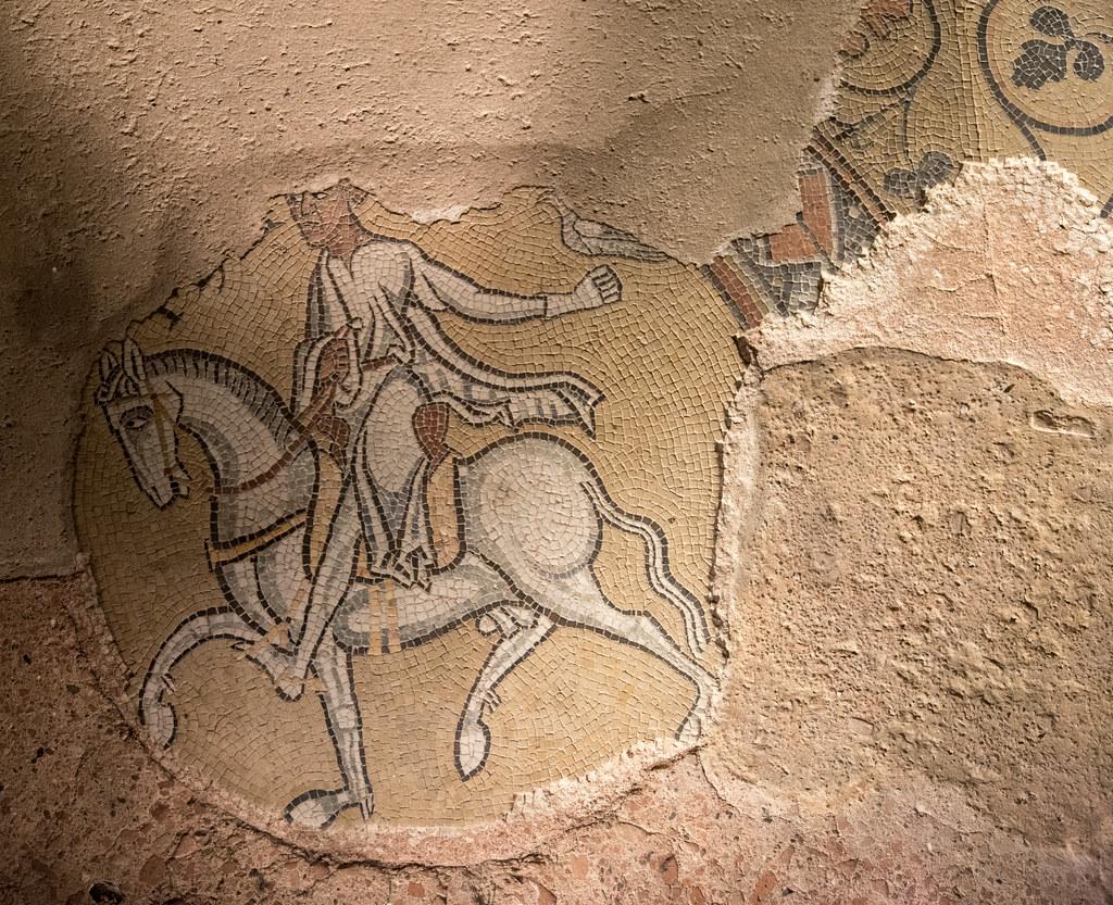 Mosaïques (déb. XIIe s.) au sol du déambulatoire de l'abbatiale Saint-Philibert de Tournus (Saône-et-Loire, France