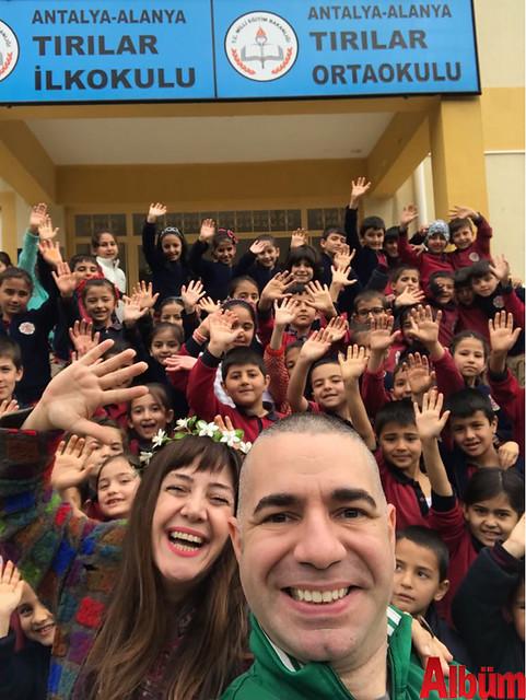 Nilbanu Engindeniz ve Kerem Eser, köy okullarındaki öğrencilerle birlikte hatıra fotoğrafı çektirdi.-4