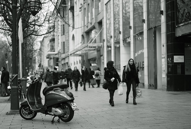Vespa and girls@KÖ, Düsseldorf