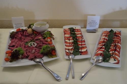 Roastbeef und Mozzarella-Tomaten (auf dem Vorspeisenbuffet im Victoria-Hotel Minden)