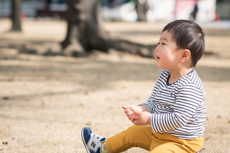 皇居外苑で遊び笑顔を見せる子ども