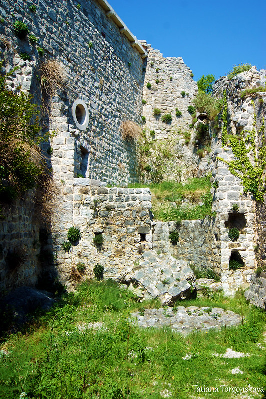 Церковь Св. Венерады и руины за ней