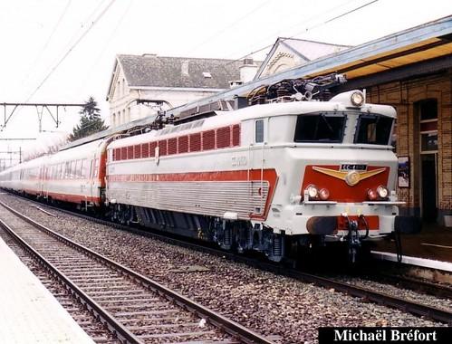 CC 40110 à Erqueline en provenance de Jeumont avec une rame Grand Confort se dirigeant vers Namur et Liège