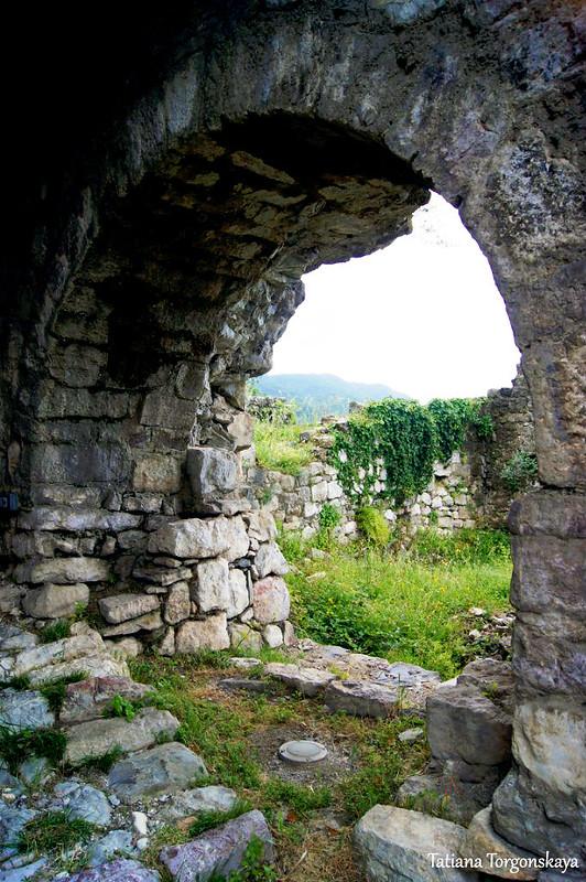 Арочный проем внутри храма