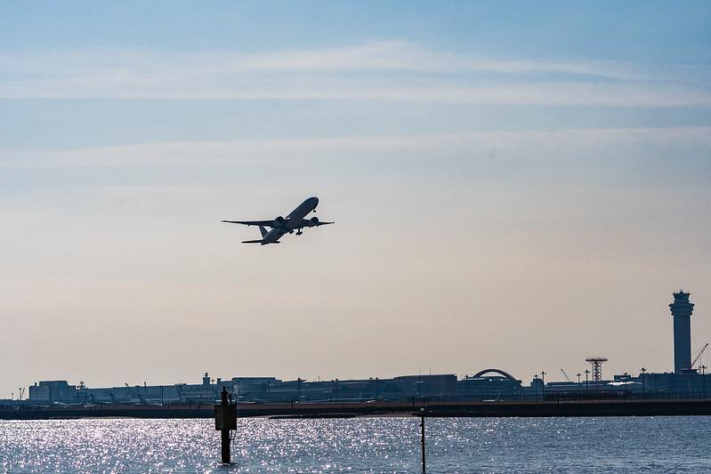 城南島海浜公園から撮影した、離陸直後の飛行機