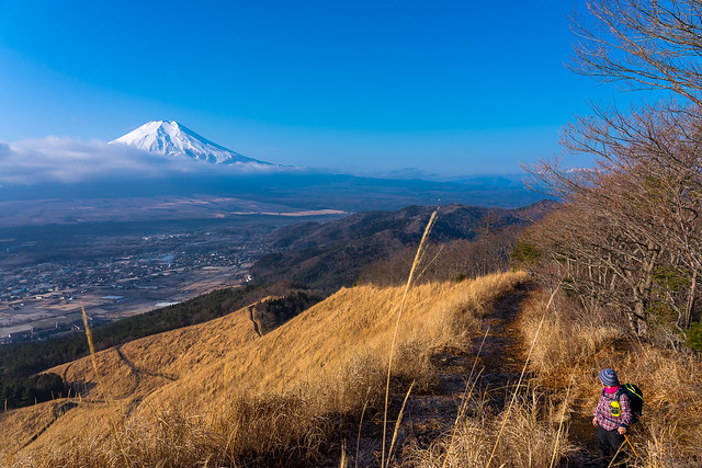 雲が流れて背後より富士山@高座山登攀途中