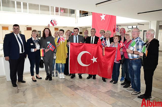 Alanya Belediye Başkanı Adem Murat Yücel, Alanya Belediyesi Yabancılar Meclisi Başkanı Abdullah Karaoğlu ve üyeler hep birlikte hatıra fotoğrafı çektirdi.