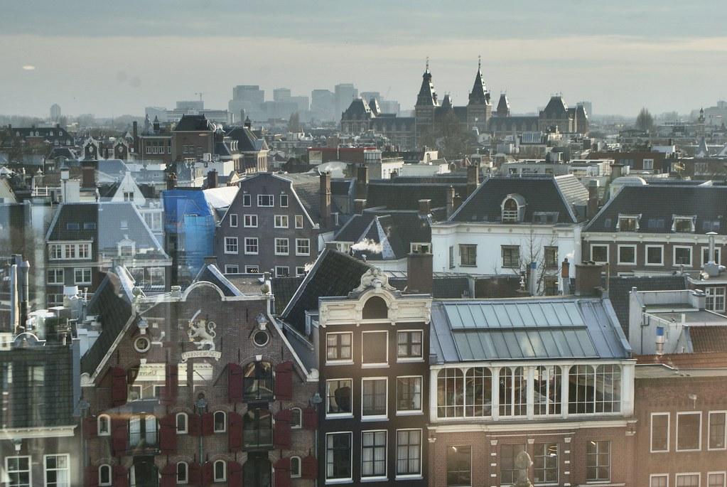 Café Blue Amsterdam avec une vue panoramique sur la Vieille Ville. En arrière plan, le musée Rijksmuseum.
