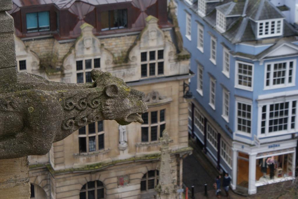 Gargouille au dessus de High Street à Oxford depuis le clocher de l'église Sainte Mary.