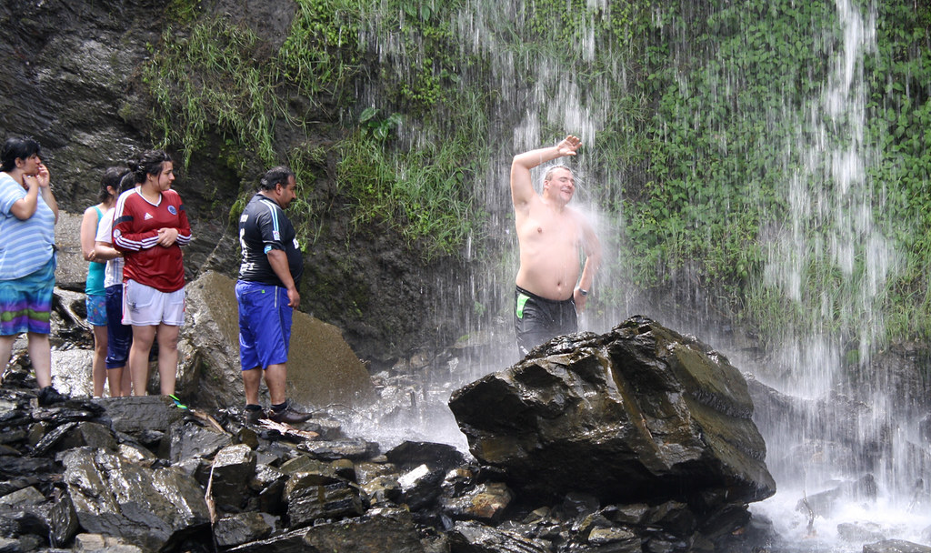 Kupanie-v-vodopade-1