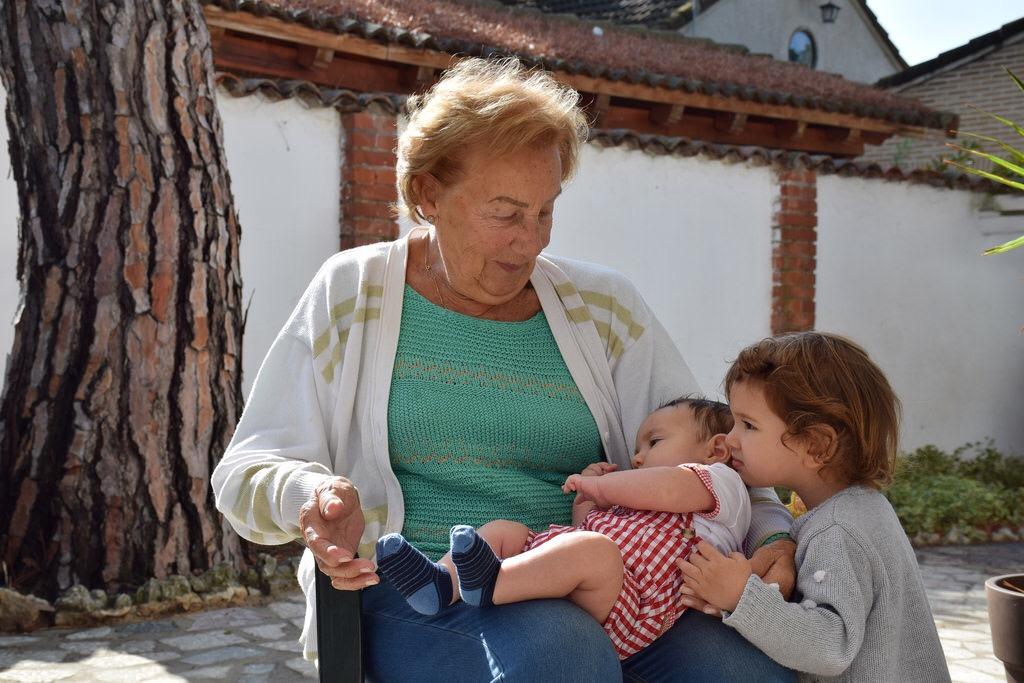 Con la bisabuela durante unas vacaciones en Valladolid. ¡Hay cariño para todos!