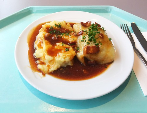 Cabbage roll with bacon sauce & mashed potatoes / Krautwickerl mit Specksauce & Kartoffelpüree