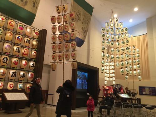 秋田市民俗芸能伝承館(ねぶり流し館)では竿燈を実際に持つこともできます。