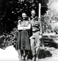 Eduard Schallmoser junto a su madre en el jardin familiar