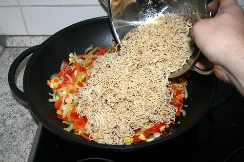 46 - Mie-Nudeln in Wok geben / Put mie noodles in wok
