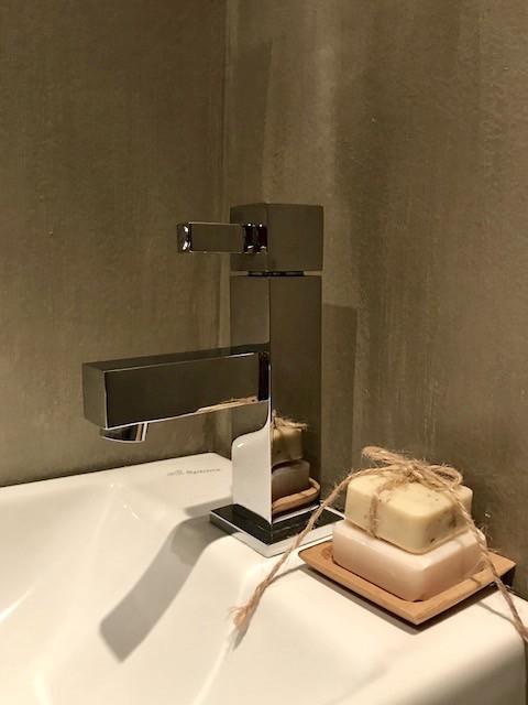 Kalkverf badkamer vierkante kraan