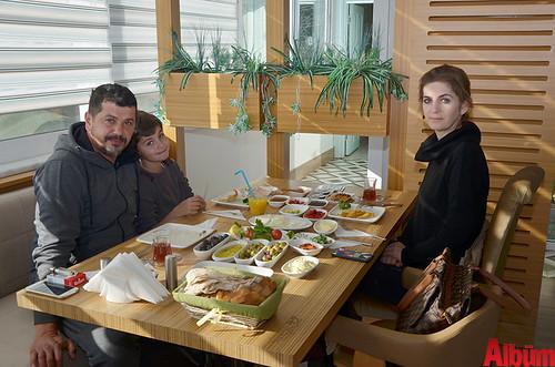 Mehmet Güner eşi Yeter Güner ve oğullarıyla birlikte keyifli bir pazar geçirdi.