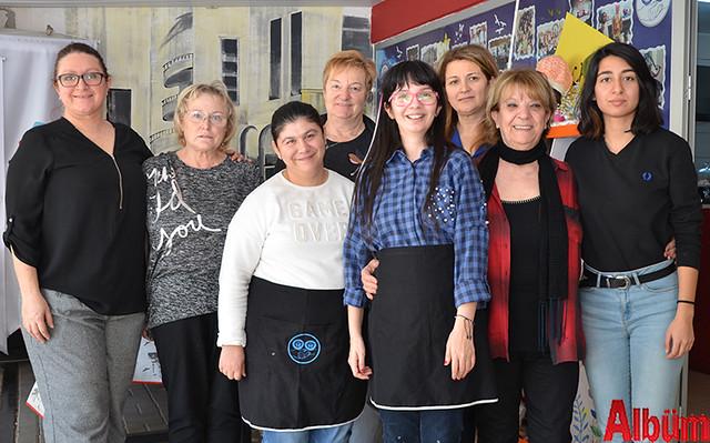 Martina Yaman, Heidrun John, Roswitha Joist, Alanya Engelsiz Yaşam evi Derneği Başkanı Gülnur Ağaca ve Tünel Kafe ailesi Albüm için poz verdi.