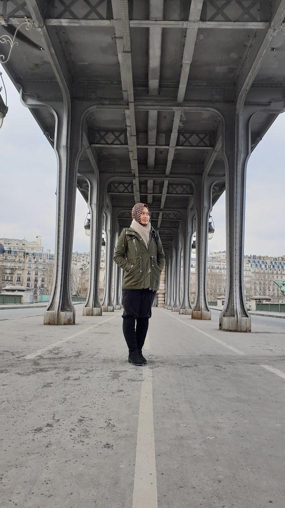 Berfoto di jembatan Bir Hakiem. Masih ingat, ini latar tempat pada film apa? (Liputan6.com/ Agustin Setyo W)