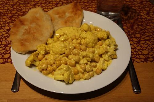 Blumenkohl-Kichererbsen-Curry mit Fladenbrot (mein Teller)