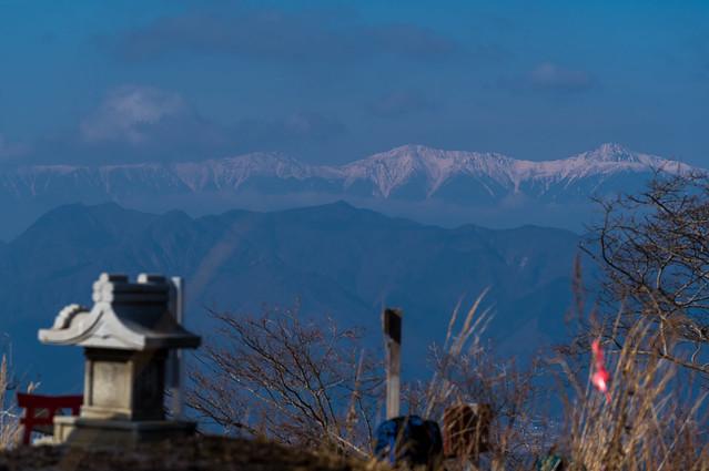山頂の祠と南アルプス